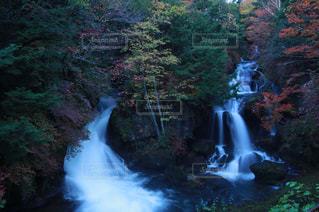 いくつかの水の上の大きな滝の写真・画像素材[1597705]