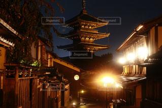 夜空に大きな建物の写真・画像素材[1665871]