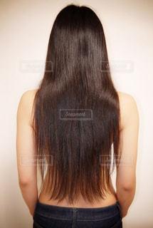 黒髪ロングストレートヘアの写真・画像素材[1042972]