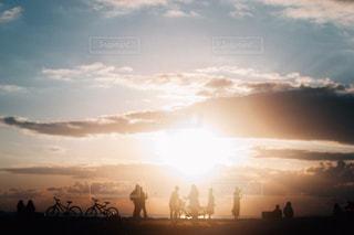 日没の前に立っている人々 のグループ - No.986463