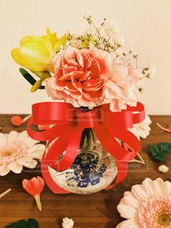 テーブルの上の花の花瓶の写真・画像素材[1023921]