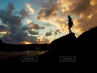 黒い髪と背景の夕日 - No.987346