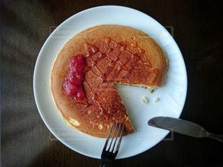 食べ物,パンケーキ,屋内,デザート,フォーク,ナイフ,テーブル,ジャム,おやつ,皿,ホットケーキ,テーブルフォト,俯瞰,真上,はちみつ,食べかけ,上から,いちごジャム,overhead view