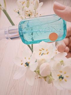 香水のボトルを持っている手の写真・画像素材[1165250]
