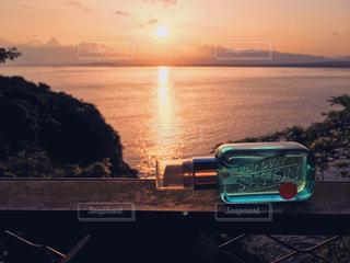 海に沈む夕日とレールデュサボンの写真・画像素材[1183028]