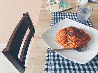 テーブルの上に食べ物のプレートと、さりげなくレールデュサボン - No.1192113