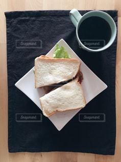 テーブルの上のコーヒー カップの写真・画像素材[1222820]