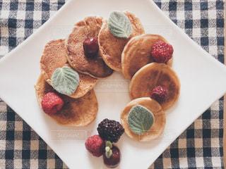テーブルの上に食べ物のプレートの写真・画像素材[1222821]