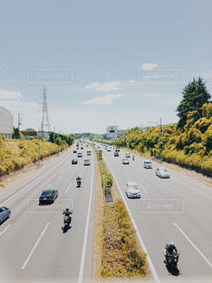 道路を走る車の写真・画像素材[1233122]