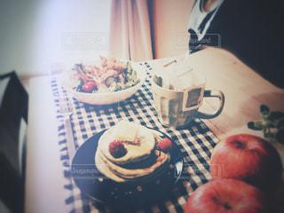 テーブルの上に座っているケーキの写真・画像素材[1233842]