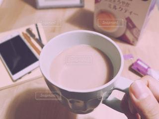近くにコーヒー カップのアップの写真・画像素材[1276701]