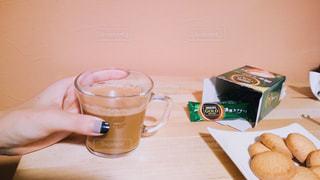 テーブルの上のコーヒー カップの写真・画像素材[1308669]