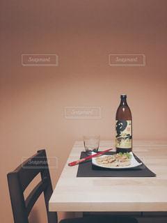 テーブルの上に黒伊佐錦の写真・画像素材[1441282]