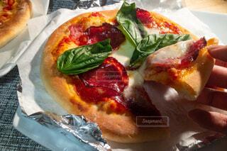 横から写したカルパスとモッツァレラチーズとバジルのピザの写真・画像素材[4192573]