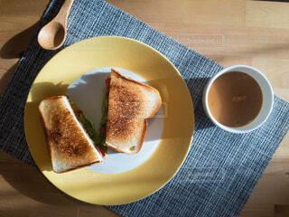 テーブルの上のベーコンレタストマトサンドとスープの皿の写真・画像素材[4192591]