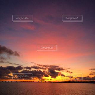 水の体に沈む夕日の写真・画像素材[988081]