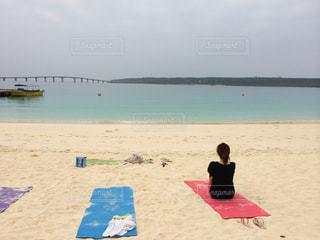 ビーチに座っている人々 のグループの写真・画像素材[988700]