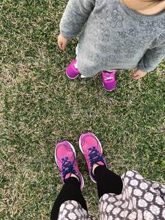 草の中に立っている少女の写真・画像素材[991231]