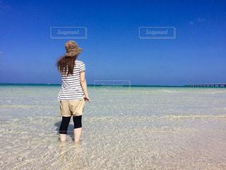 ビーチに立っている人の写真・画像素材[1107249]