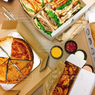 テーブルの上に食べ物の種類でいっぱいのボックスの写真・画像素材[1055215]