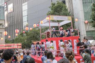 観衆の前で立っている人のグループの写真・画像素材[1364694]