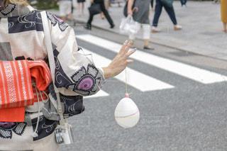通りを歩いている人の写真・画像素材[1364698]