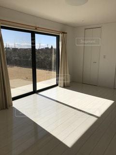 大きな窓付きの部屋の写真・画像素材[1006246]