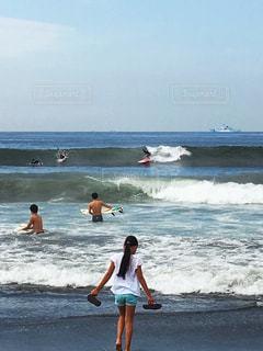 サーフィンと娘の写真・画像素材[1001997]