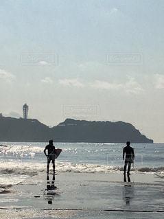 海に飛び込もうとするサーファーの写真・画像素材[1003020]