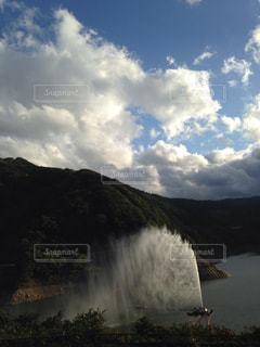 噴水,秋空,ダム湖