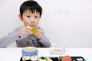 食事,子供,人物,人,男の子,4歳,緑茶,日本茶,湯呑み
