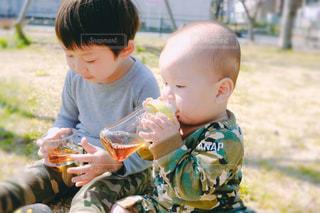 公園,食事,子供,草,人物,人,お茶,男の子,兄弟,4歳,ほうじ茶,9ヶ月