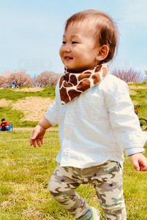 草の中に立っている小さな男の子 - No.1183424