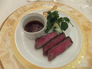白い皿、カップで肉や野菜をトッピングの写真・画像素材[1270211]