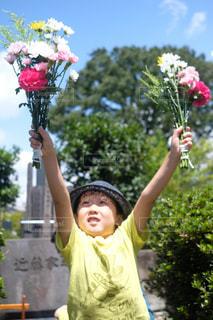 花を持っている人の写真・画像素材[1400732]