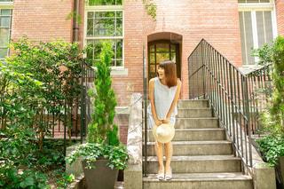 階段で待つ人の写真・画像素材[1426122]
