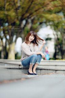 ベンチに座っている女性の写真・画像素材[1593553]