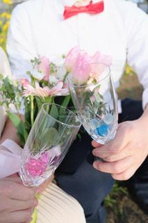 飲み物,花,カップル,花瓶,ガラス,人物,人,イベント,食器,グラス,乾杯,ドリンク,パーティー,草木,手元,ネクタイ,ウェディング