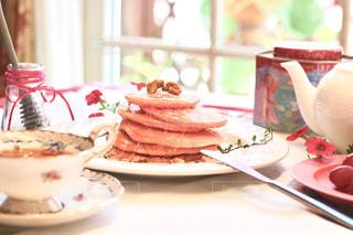 パンケーキ,ピンク,窓,テラス,ティータイム,しあわせ,ティーポット,朝時間,ピンクのリボン,ピンクのパンケーキ