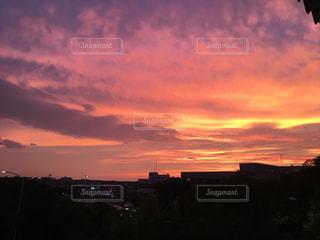 街に沈む夕日の写真・画像素材[1692838]