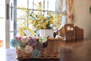 家具やテーブルの上の花瓶で満たされた部屋の写真・画像素材[1845303]