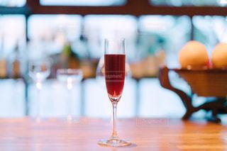 テーブル ワインのグラスの写真・画像素材[1635361]