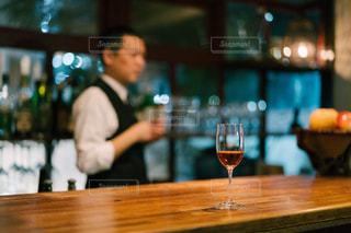 木製テーブルの上に座っているグラスワインの写真・画像素材[1635670]