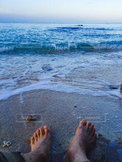 水の体の近くのビーチの人々 のグループの写真・画像素材[1034411]