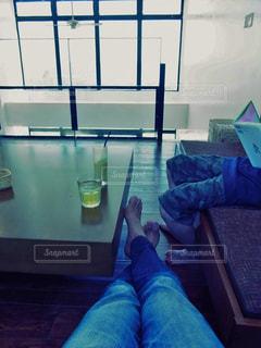 カフェで、のんびり読書の写真・画像素材[1219548]