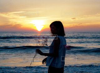 女性,1人,風景,海,空,屋外,太陽,夕焼け,夕暮れ,波,海岸,光,人