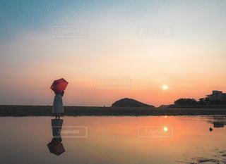 女性,1人,風景,空,傘,太陽,夕焼け,夕暮れ,水面,海岸,反射,光,リフレクション