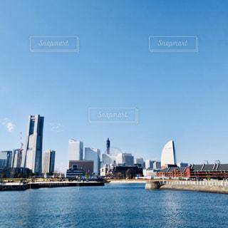 バック グラウンドで市と水体の大型船の写真・画像素材[1004598]