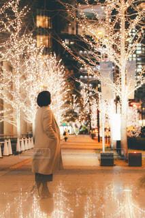 女性,恋人,1人,冬,大阪,イルミネーション,歩道,明るい,大阪駅,冬場,シャンパンゴールド,シャンパンゴールドイルミネーション