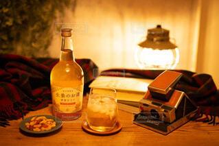 食べ物,夜,屋内,読書,テーブル,壁,ワイン,ボトル,ビール,ドリンク,アルコール,宅飲み,家飲み,アンバサダー,おうちじかん,大人のBar